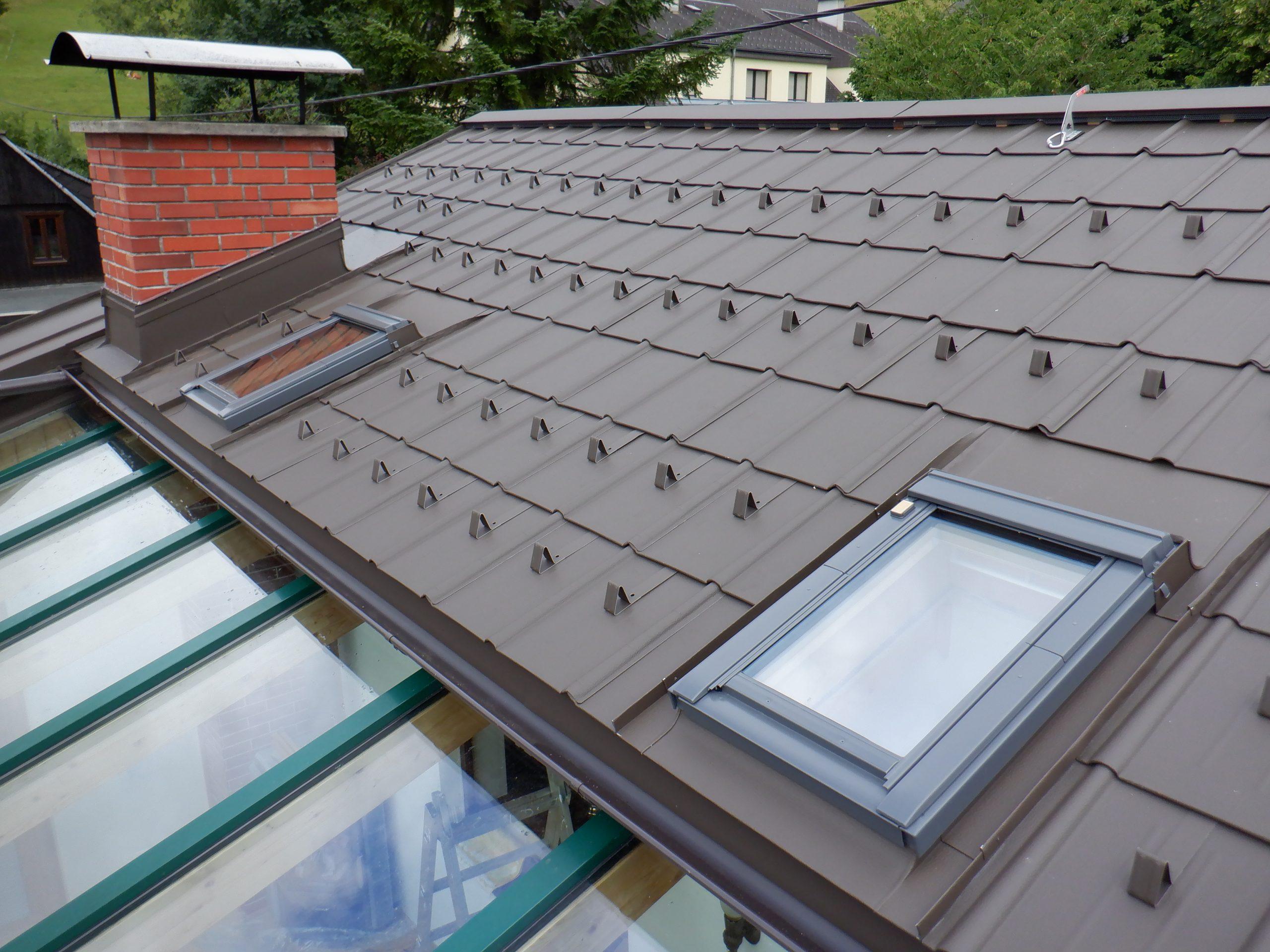 Prefa Dachplatten P10 Farbe Braun, Einbindung von Velux Dachflächenfenster sowie einer Kamineinfassung. Durchgehende Firstentlüftung.